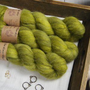 une-louve-dans-les-bois-1-laine-artisanal-teinte-main-suri-alpaga-sous-les-tilleuls