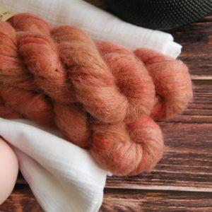 une-louve-dans-les-bois-1-laine-artisanal-teinte-main-suri-alpaga-tea-time