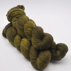 une-louve-dans-les-bois-1-laine-artisanal-teinte-main-twist-sock-foret-noire