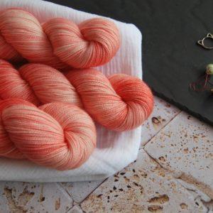 une-louve-dans-les-bois-1-laine-artisanal-teinte-main-twist-sock-merino-coral-bay