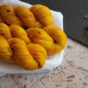 une-louve-dans-les-bois-1-laine-artisanal-teinte-main-twist-sock-merino-les-tournesols