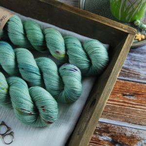 une-louve-dans-les-bois-1-laine-artisanal-teinte-main-twist-sock-merino-sirenes