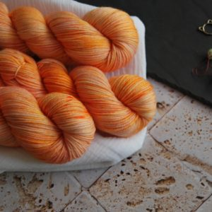 une-louve-dans-les-bois-1-merino-artisanal-teinte-main-DK-marmelade-d-agrumes