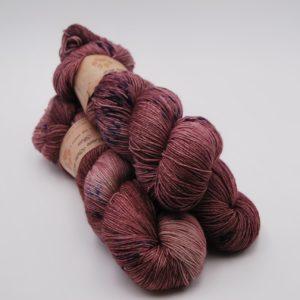 une-louve-dans-les-bois-1-merino-artisanal-teinte-main-fine-sock-blueberry-sorbet