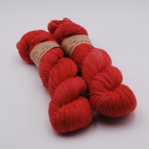 une-louve-dans-les-bois-1-merino-artisanal-teinte-main-fine-sock-coeur-de-cerise