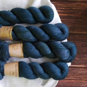 une-louve-dans-les-bois-1-merino-artisanal-teinte-main-fine-sock-dans-les-pofondeurs