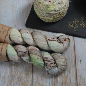 une-louve-dans-les-bois-1-merino-artisanal-teinte-main-fine-sock-ecumes