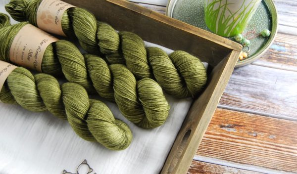 une-louve-dans-les-bois-1-merino-artisanal-teinte-main-fine-sock-en-terres-d-irlande