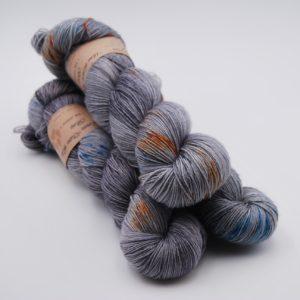 une-louve-dans-les-bois-1-merino-artisanal-teinte-main-fine-sock-epaves-en-mer-d-iroise