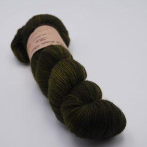 une-louve-dans-les-bois-1-merino-artisanal-teinte-main-fine-sock-foret-noire