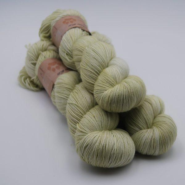 une-louve-dans-les-bois-1-merino-artisanal-teinte-main-fine-sock-minty