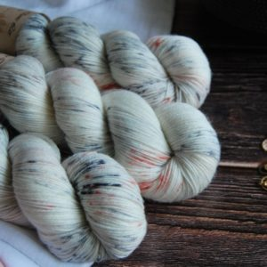 une-louve-dans-les-bois-1-merino-artisanal-teinte-main-fine-sock-nebuleuse