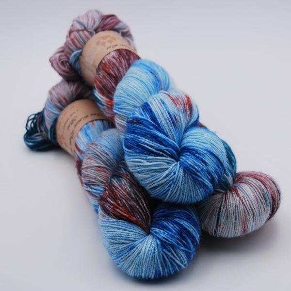 une-louve-dans-les-bois-1-merino-artisanal-teinte-main-fine-sock-nympheas