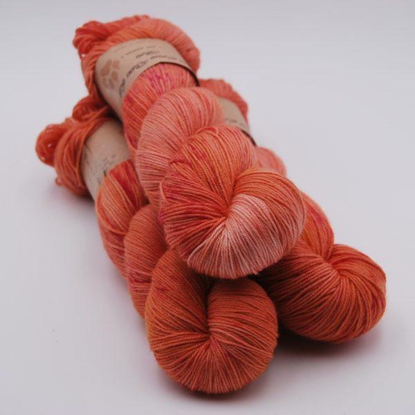une-louve-dans-les-bois-1-merino-artisanal-teinte-main-fine-sock-palais-des-vents