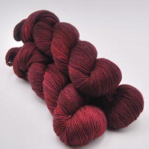 une-louve-dans-les-bois-1-merino-artisanal-teinte-main-fine-sock-petite-griotte