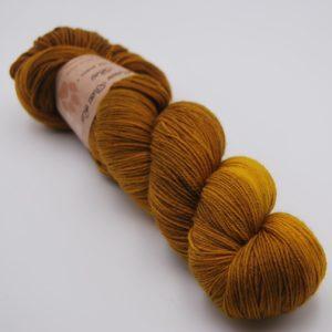 une-louve-dans-les-bois-1-merino-artisanal-teinte-main-fine-sock-ruee-vers-l-or