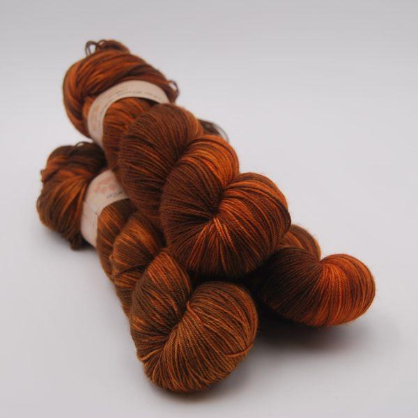 une-louve-dans-les-bois-1-merino-artisanal-teinte-main-fine-sock-rustique