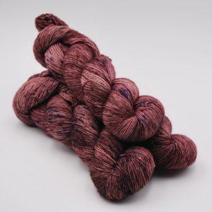 une-louve-dans-les-bois-1-merino-artisanal-teinte-main-single-blueberry-sorbet