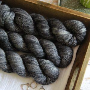 une-louve-dans-les-bois-1-merino-artisanal-teinte-main-single-graphite