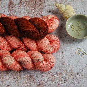 une-louve-dans-les-bois-1-merino-artisanal-teinte-main-single-jolies-fleurs-V-caliente