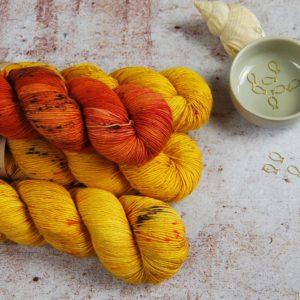 une-louve-dans-les-bois-1-merino-artisanal-teinte-main-single-jolies-fleurs-V-les-tournesols