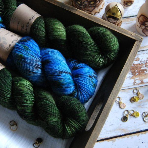 une-louve-dans-les-bois-1-merino-artisanal-teinte-main-single-jolies-fleurs-broceliande-cénotes