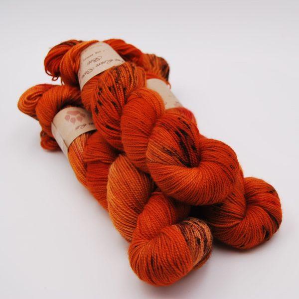 une-louve-dans-les-bois-1-merino-artisanal-teinte-main-twist-sock-au-coin-du-feu