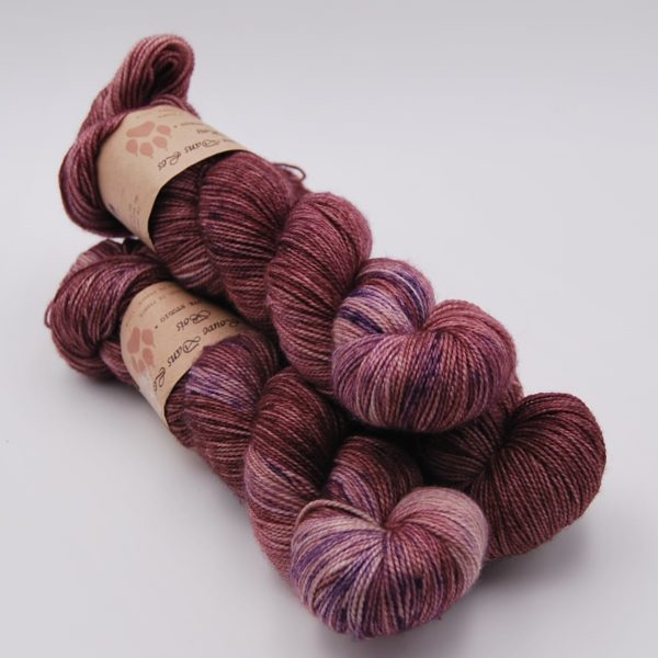 une-louve-dans-les-bois-1-merino-artisanal-teinte-main-twist-sock-blueberry-sorbet