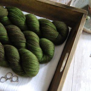 une-louve-dans-les-bois-1-merino-artisanal-teinte-main-twist-sock-broceliande