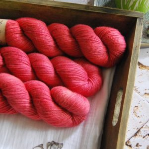 une-louve-dans-les-bois-1-merino-artisanal-teinte-main-twist-sock-coeur-de-cerise