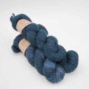 une-louve-dans-les-bois-1-merino-artisanal-teinte-main-twist-sock-dans-les-profondeurs