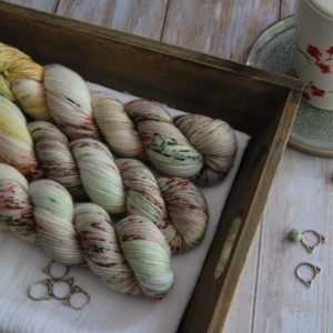 une-louve-dans-les-bois-1-merino-artisanal-teinte-main-twist-sock-ecumes