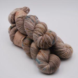 une-louve-dans-les-bois-1-merino-artisanal-teinte-main-twist-sock-en-amoureux-sur-la-plage