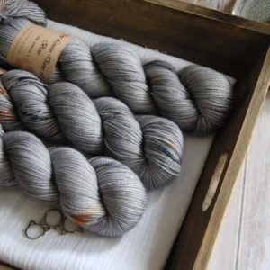 une-louve-dans-les-bois-1-merino-artisanal-teinte-main-twist-sock-epaves-en-mer-d-iroise