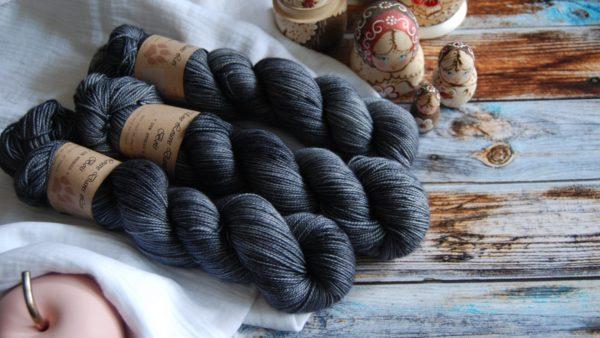 une-louve-dans-les-bois-1-merino-artisanal-teinte-main-twist-sock-graphite