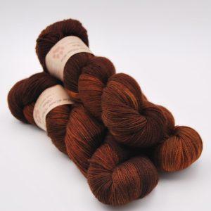 une-louve-dans-les-bois-2-merino-artisanal-teinte-main-twist-sock-l-odeur-du-bois
