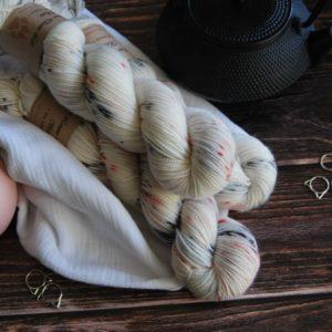une-louve-dans-les-bois-1-merino-artisanal-teinte-main-twist-sock-nebuleuse