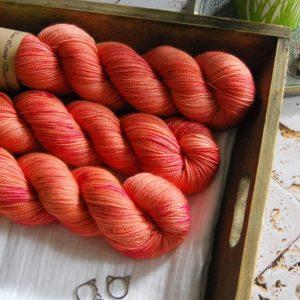 une-louve-dans-les-bois-1-merino-artisanal-teinte-main-twist-sock-palais-des-vents