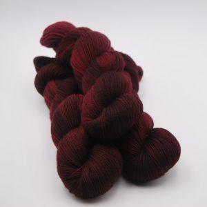 une-louve-dans-les-bois-1-merino-artisanal-teinte-main-twist-sock-petite-griotte