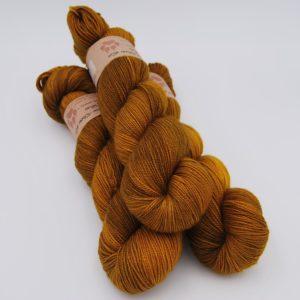 une-louve-dans-les-bois-1-merino-artisanal-teinte-main-twist-sock-ruee-l-or