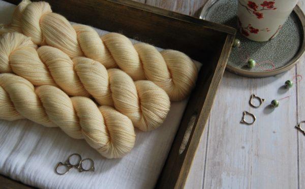 une-louve-dans-les-bois-1-merino-artisanal-teinte-main-twist-sock-soleil-de-minuit