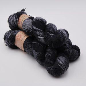 une-louve-dans-les-bois-1-merino-artisanal-teinte-main-twist-sock-tungstène
