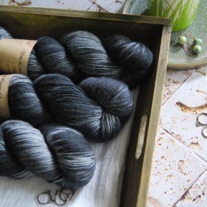 une-louve-dans-les-bois-1-merino-artisanal-teinte-main-twist-sock-tungstene