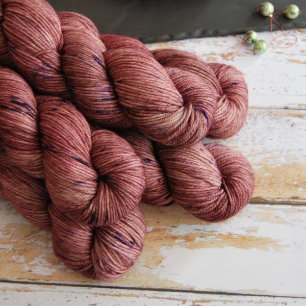 une-louve-dans-les-bois-2-laine-artisanal-teinte-main-DK-merino-blueberry-sorbet