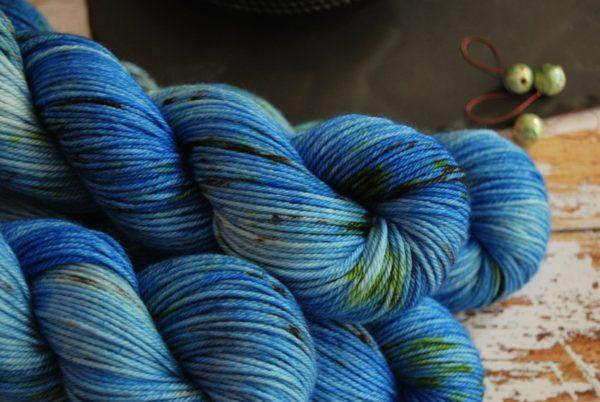 une-louve-dans-les-bois-2-laine-artisanal-teinte-main-DK-merino-cenotes