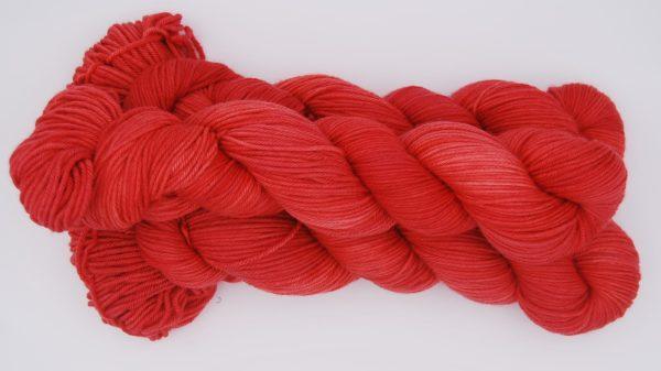 une-louve-dans-les-bois-2-laine-artisanal-teinte-main-DK-merino-coeur-de-cerise