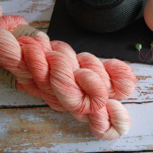 une-louve-dans-les-bois-2-laine-artisanal-teinte-main-DK-merino-coral-bay