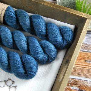 une-louve-dans-les-bois-2-laine-artisanal-teinte-main-DK-merino-dans-les-profondeurs