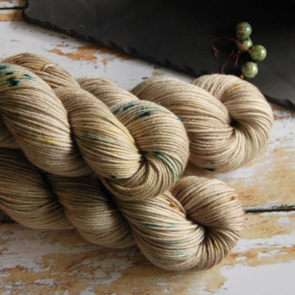 une-louve-dans-les-bois-2-laine-artisanal-teinte-main-DK-merino-en-amoureux-sur-la-plage