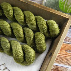 une-louve-dans-les-bois-2-laine-artisanal-teinte-main-DK-merino-en-terres-d-irlande